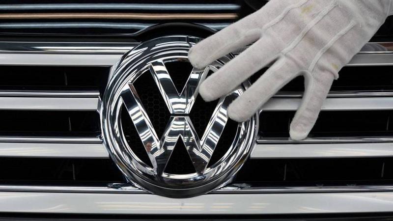Volkswagen với điểm nhấn logo chữ V chồng trên W và vòng tròn bao quanh