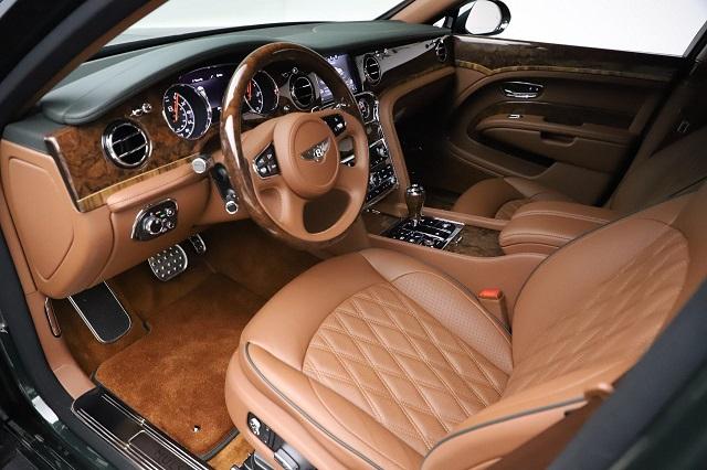 Chất liệu nội thất Bentley Mulsanne chủ yếu bằng gỗ và da cực kỳ đắt đỏ