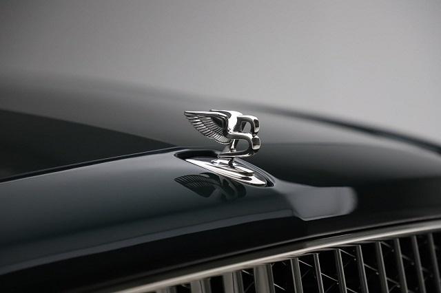 Đầu xe có biểu tượng logo chữ B của thương hiệu Bentley