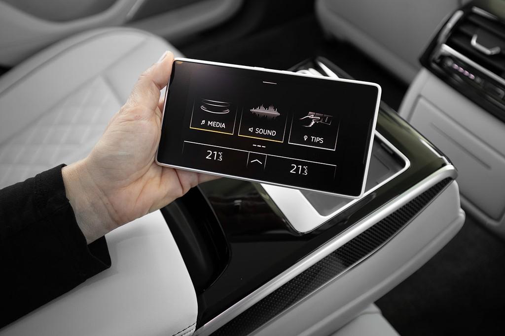Hệ thống giải trí trong Audi S8 2021 rất đa dạng, giúp người lái hưởng thụ quá trình lái xe tốt hơn, đặc biệt là trong những chặng đường dài