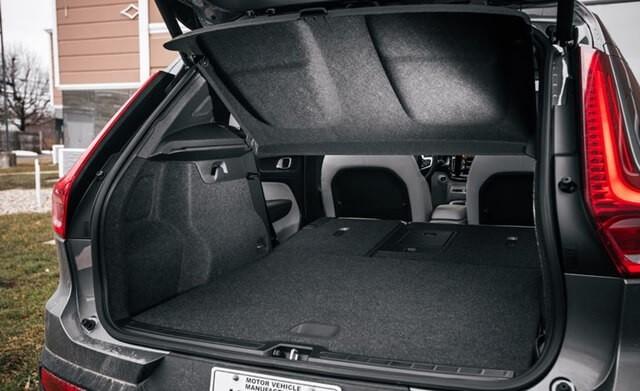 Khoang hành lý được thiết kế rộng rãi, có 4 móc để treo hành lý lớn