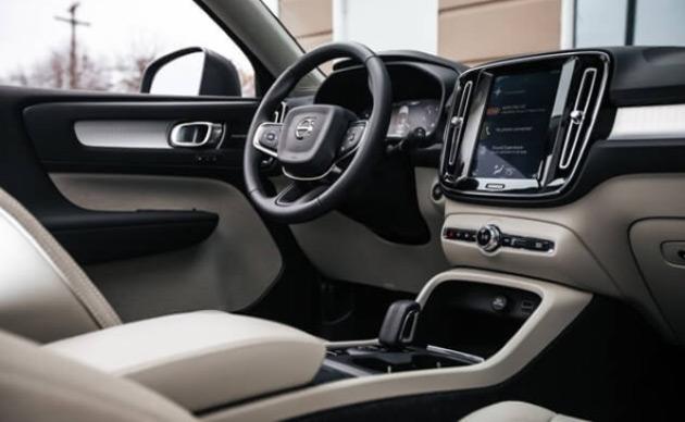 Khoang lái Volvo XC40 được trang bị đầy đủ công nghệ hiện đại